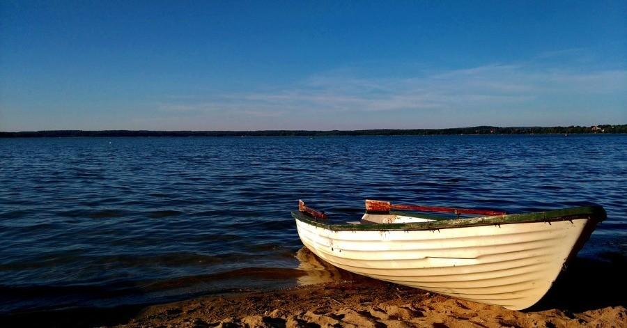 Lodz nad brzegiem jeziora