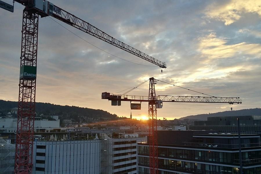 Zachód słońca nad budową