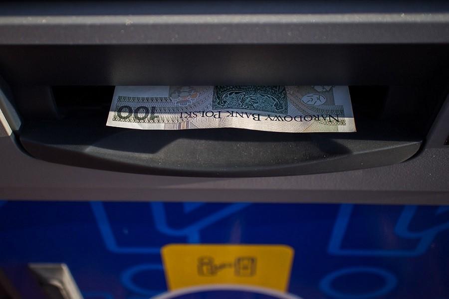 bankomat wypłacający 100 zł
