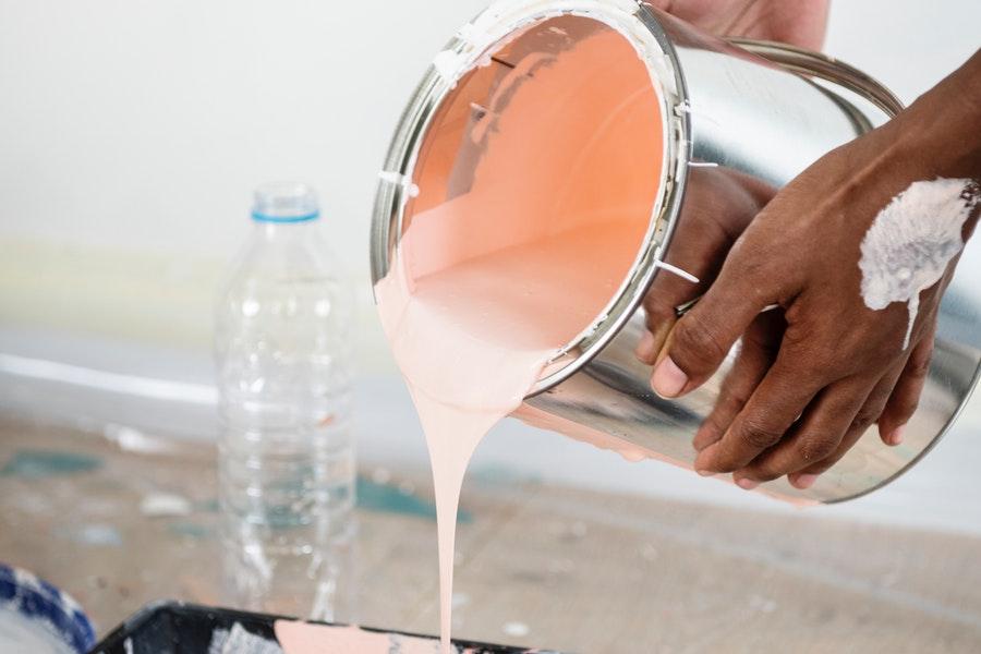Przelewanie różowej farby