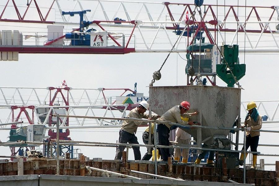 Mężczyźni pracujący na budowie