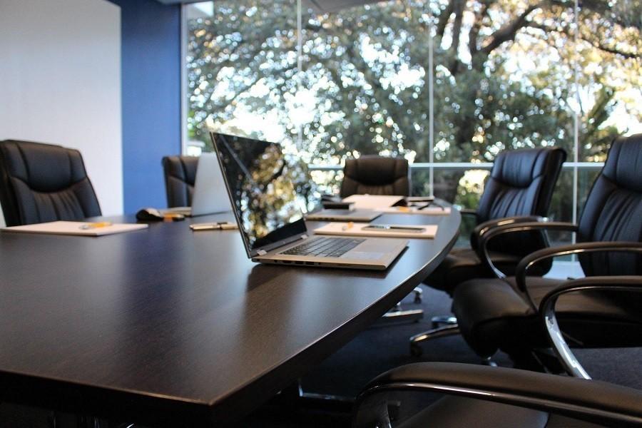sala konferencyjna i laptop