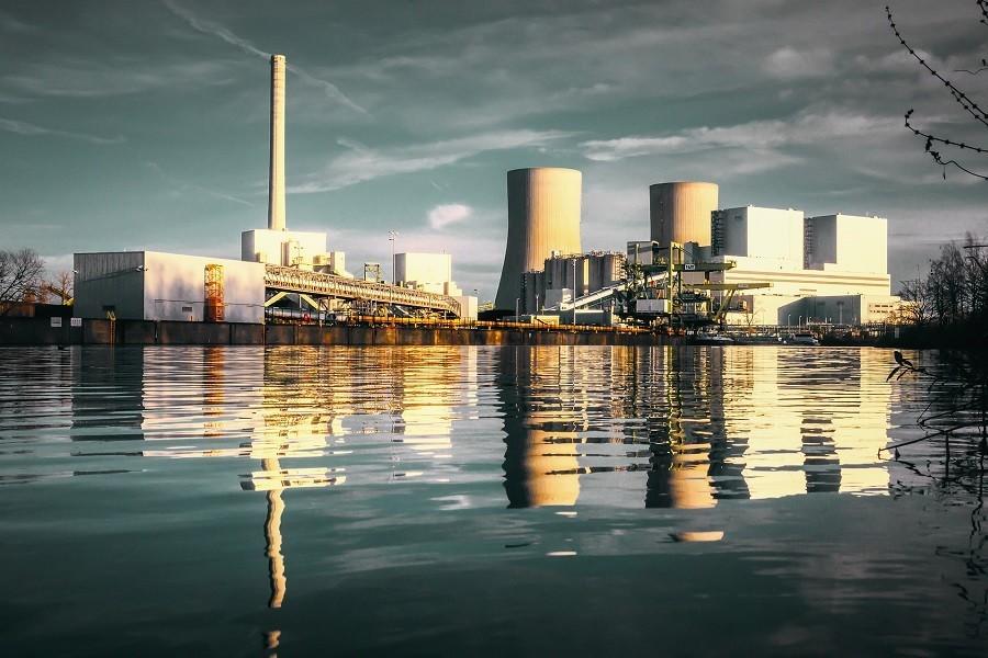 elektrownia w tle jeziora