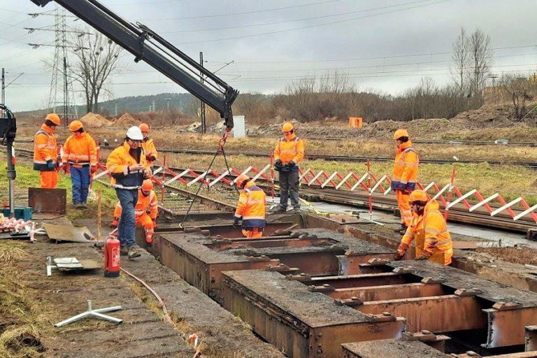 Pomimo pandemii postępują prace na kolejowych budowach