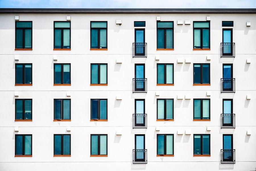 elewacja z oknami