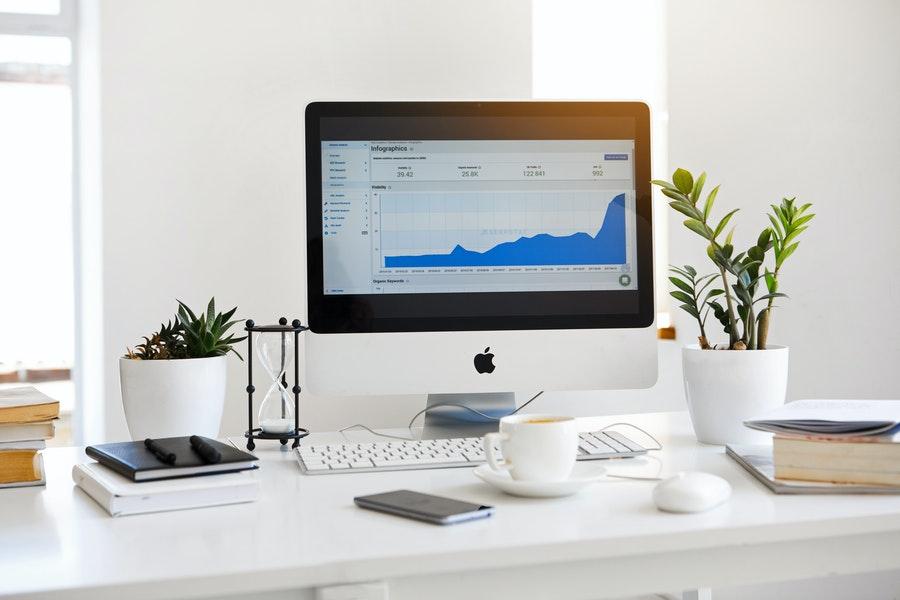 biurko i komputer apple