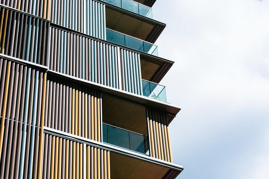 kolorowa elewacja i balkony