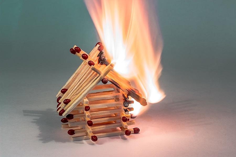 domek z zapałek płonie jak szalona pochodnia