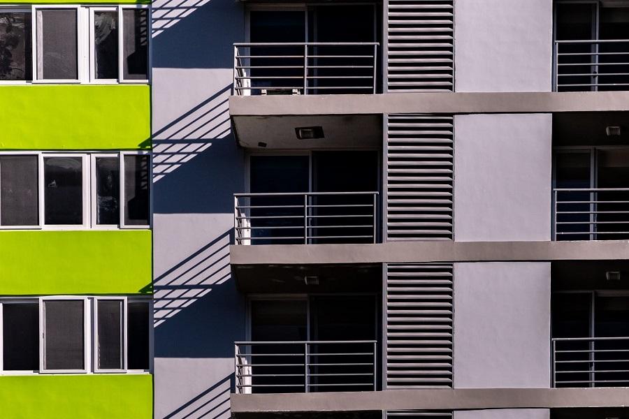 balkony w słońcu