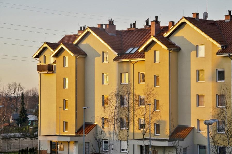 mieszkania w zachodzącym słońcu